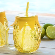 Pohár s viečkom a slamkou ananás