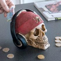 Pokladnička lebka s pirátskou čiapkou a slúchadlami