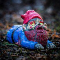 Záhradný zombie trpaslík - plaziaci